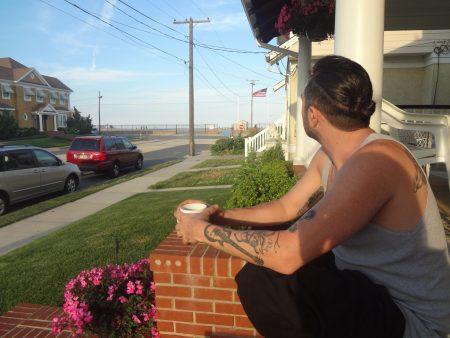 """Simone sur le porche de """"notre"""" maison à Loch Arbour"""