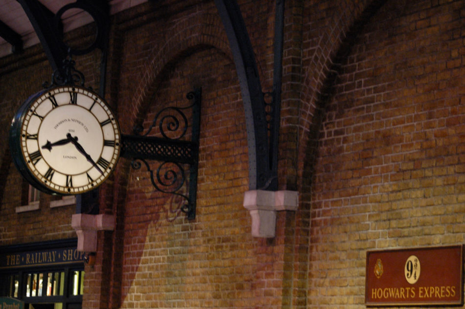 Platform 9 3/4 to take the Hogwarts Express at the Harry Potter Warner Bros Studio