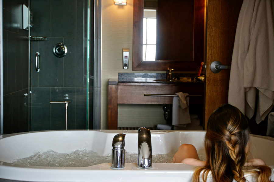 Alice in the therapeutical bubbly bathtub at Hôtel Château Laurier in Quebec