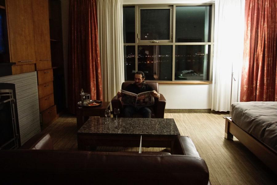Simone en train de lire le journal dans notre chambre à l'Hôtel Château Laurier in Québec City