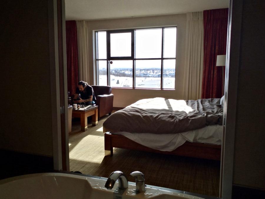 La vue de notre chambre depuis la baignoire dans la chambre La Luxueuse de l'Hôtel Château Laurier à Québec
