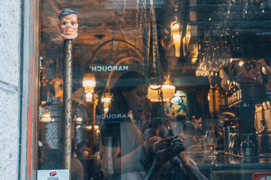 Alice à travers la vitre du Café du bout... à St Malo