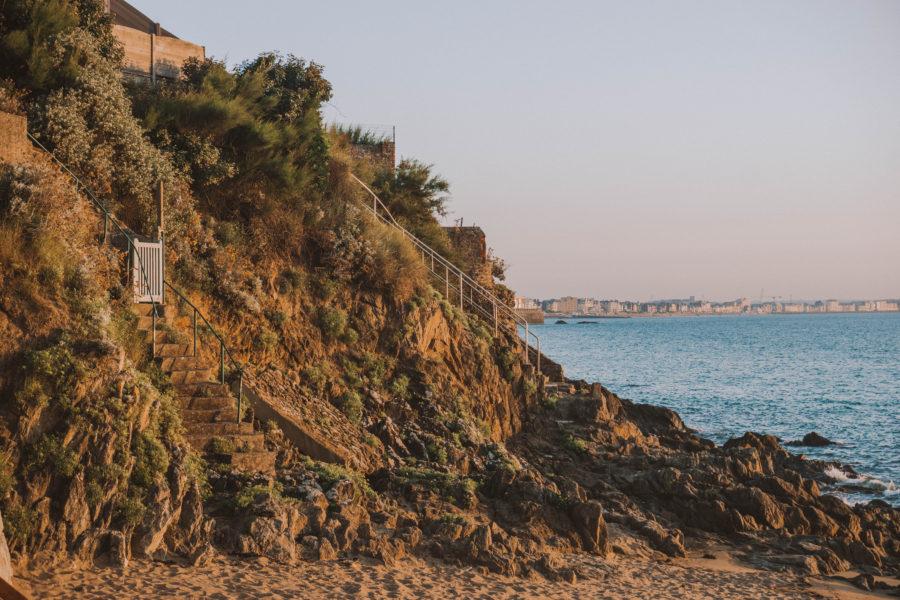 La plage de Mihinic entourée par les rochers à Saint-Malo