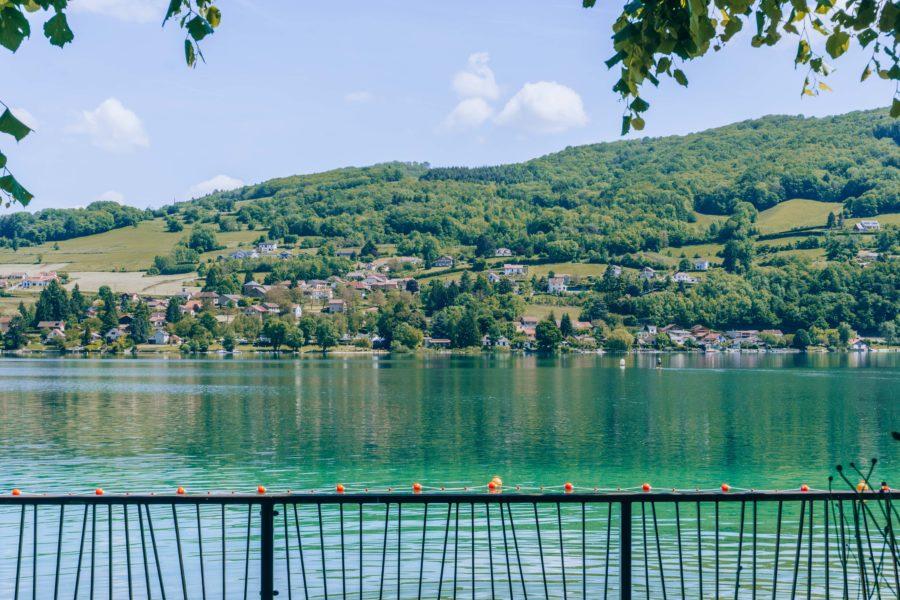 La beauté du lac Paladru près de Grenoble