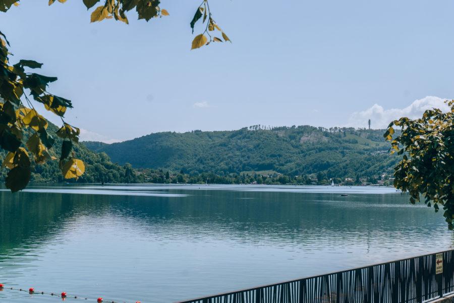 L'eau bleue du lac Paladru près de Grenoble