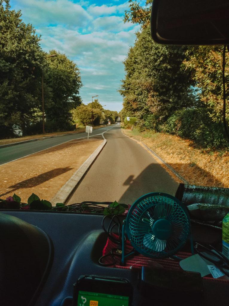 La route sur le trajet Bretagne-Strasbourg en van aménagé