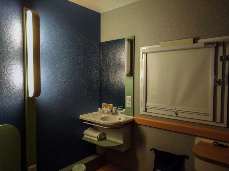 L'autre côté de la chambre de l'hôtel Ibis Budget Angers Parc des Expositions