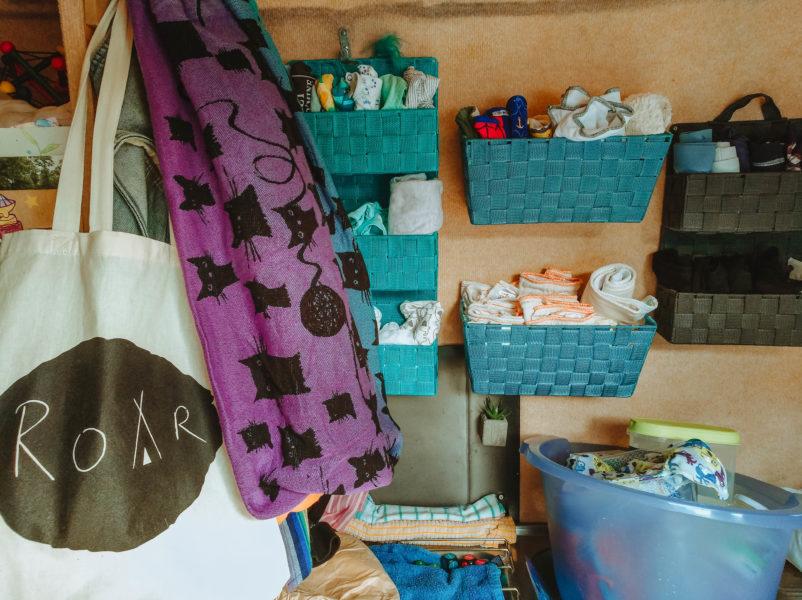 rangement des couches et moyens de portage dans un van aménagé pour voyager avec un bébÉ