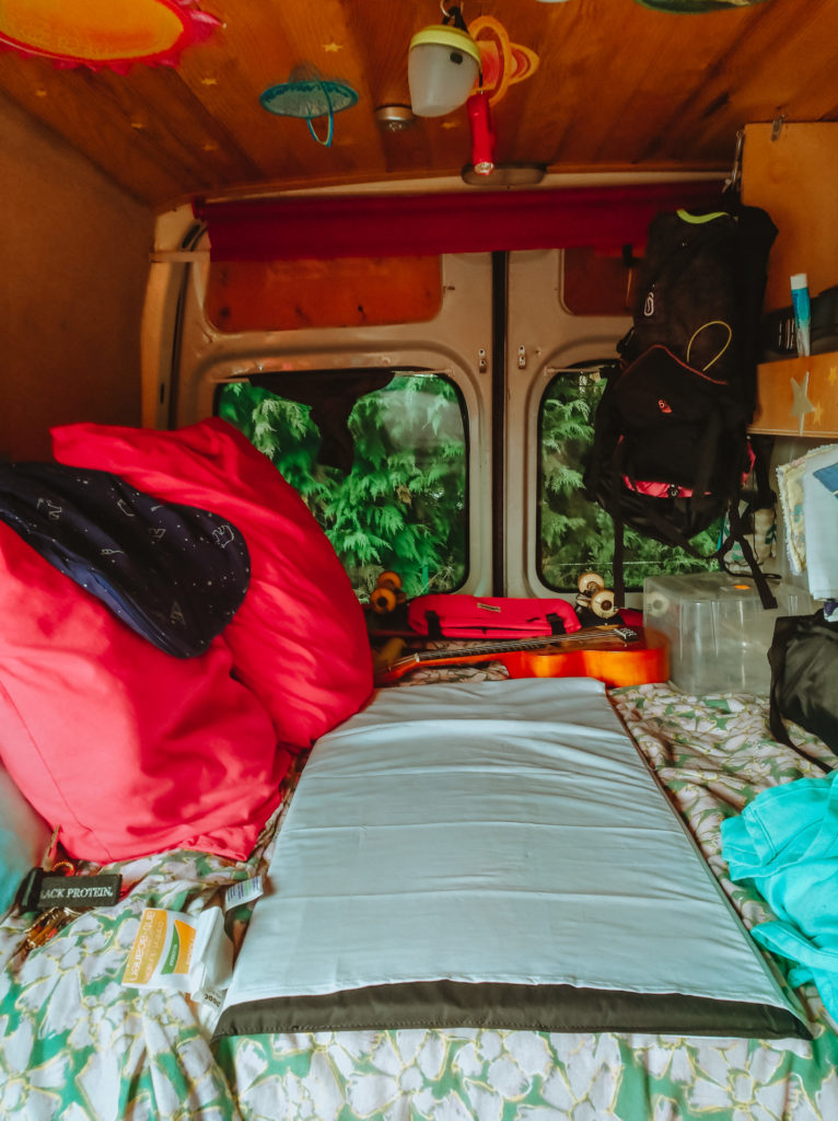 couchage dans un van aménagé pour voyager avec un bébé