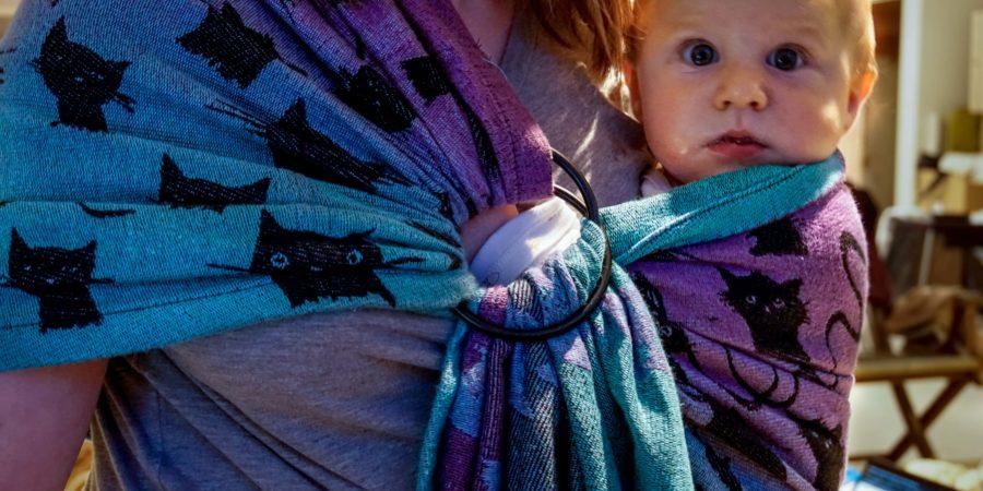 Bébé porté en sling Roar