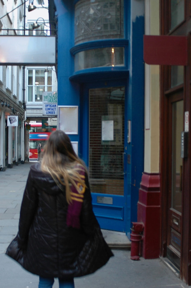 Alice devant la porte bleue au Leadenhall Market menant au (??)Leaky Cauldron