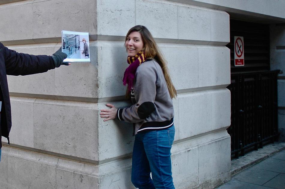 Le guide de BritMovieTours nous montrant une photo de l'endroit où se trouve le Ministère de la Magie à Scotland Place