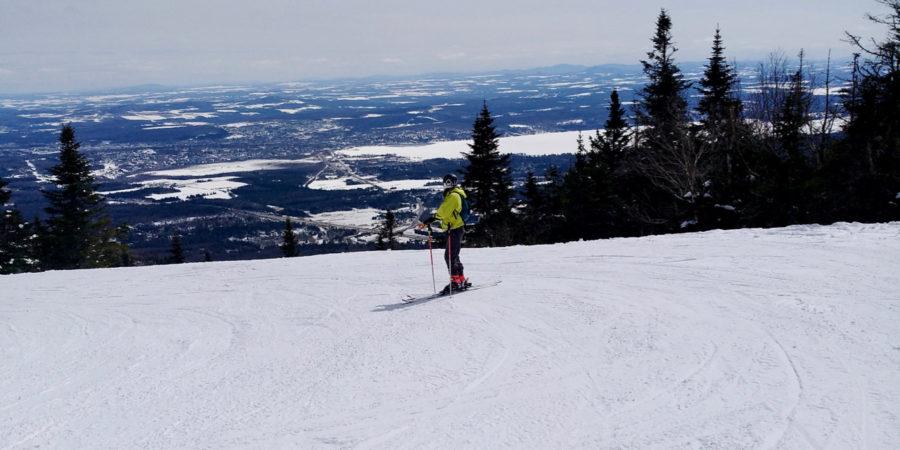 Simone admirant la vue depuis une des pistes de la station de ski du Mont Orford au Québec