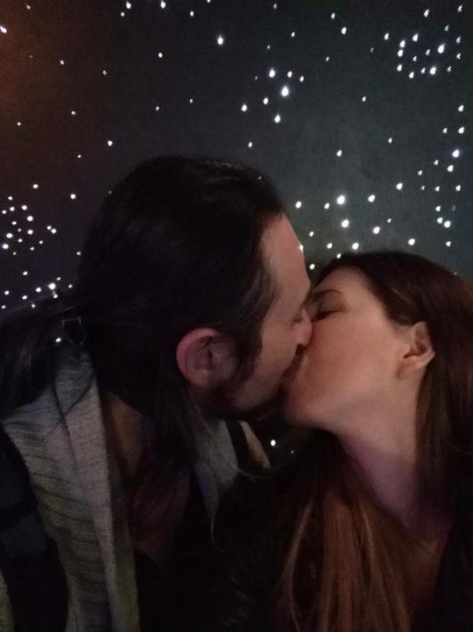 Alice et Simone en train de s'embrasser au Planétarium de Montréal