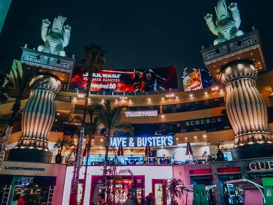 Itinerary USA road trip by bus - Hollywood boulevard at night
