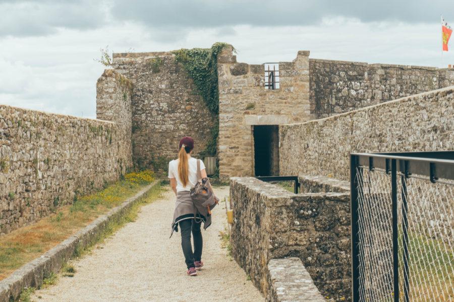 Alice sur les remparts du château de Dinan à visiter absolument