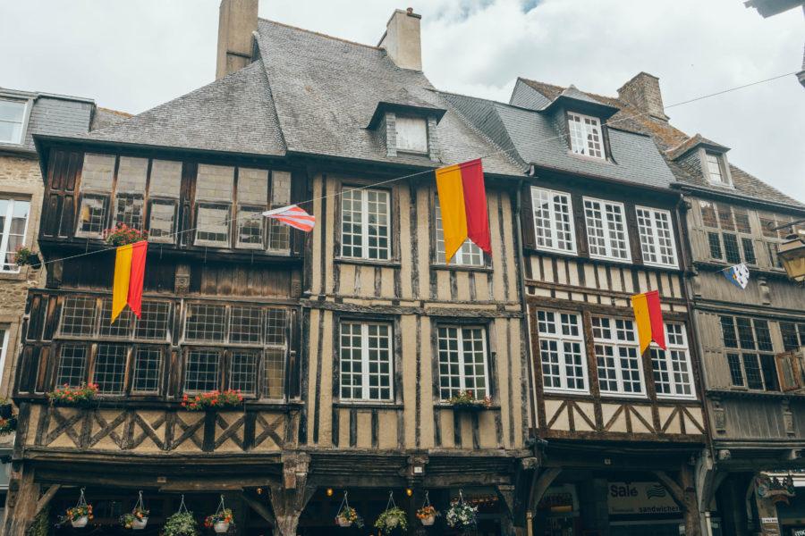 Jolies maisons à pans de bois aux multiples couleurs à Dinan