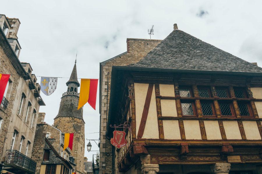 Maisons traditionnelles à pans de bois et tour de l'horloge à Dinan