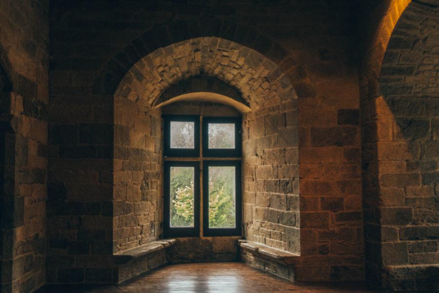 Une salle et fenêtre des appartements ducals du château de Dinan à visiter