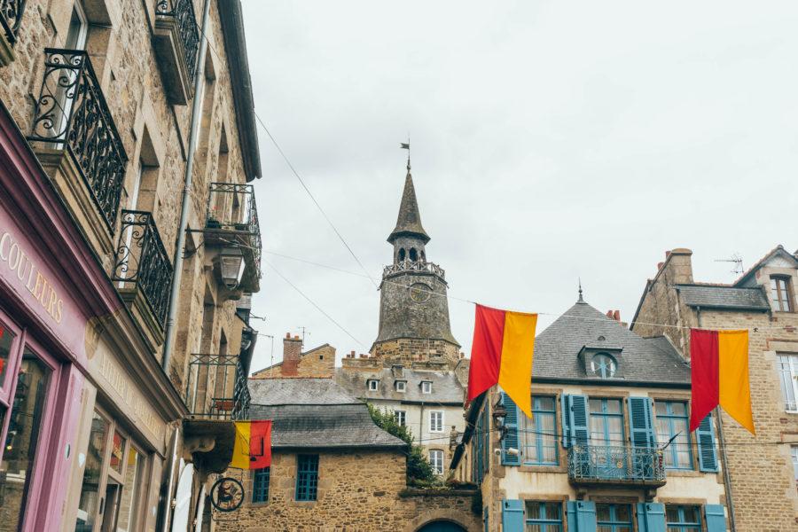 Visiter Dinan - Tour de l'horloge et maisons colorées