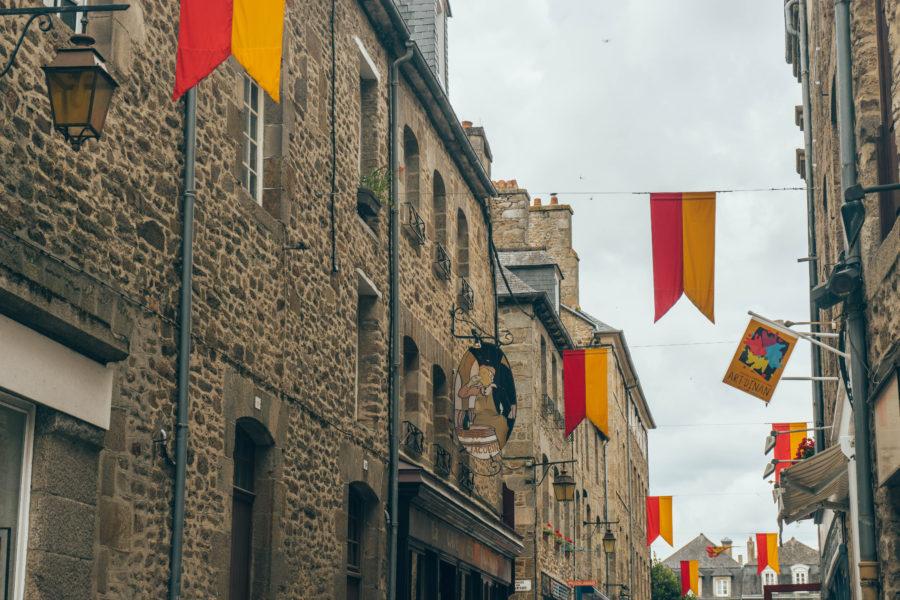 Visiter Dinan par ciel gris pour voir les jolies maisons médiévales