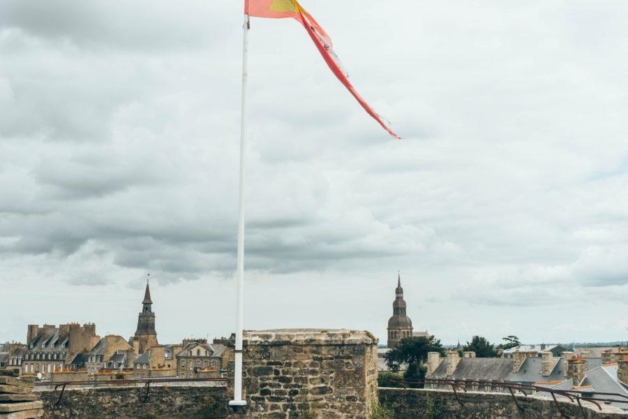 Vue du toit du château de Dinan et drapeau breton