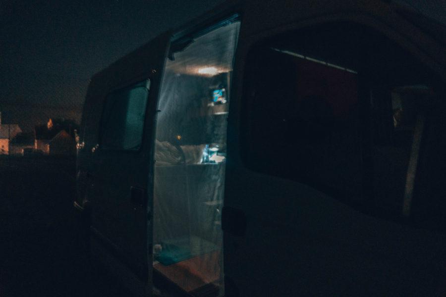 Notre van la nuit au Pouldu lors de notre road trip en Bretagne