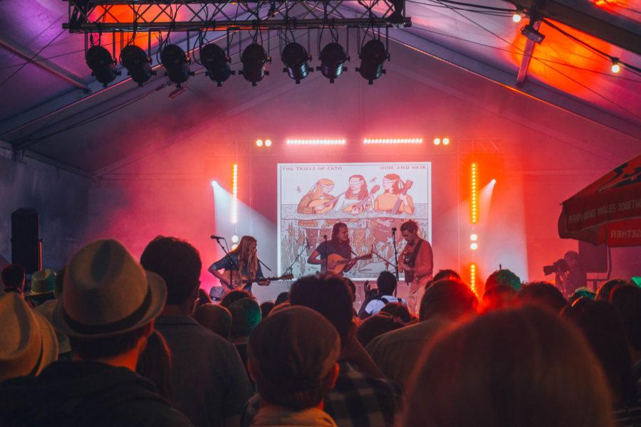 Un groupe de musique celtique au festival de Lorient en Bretagne