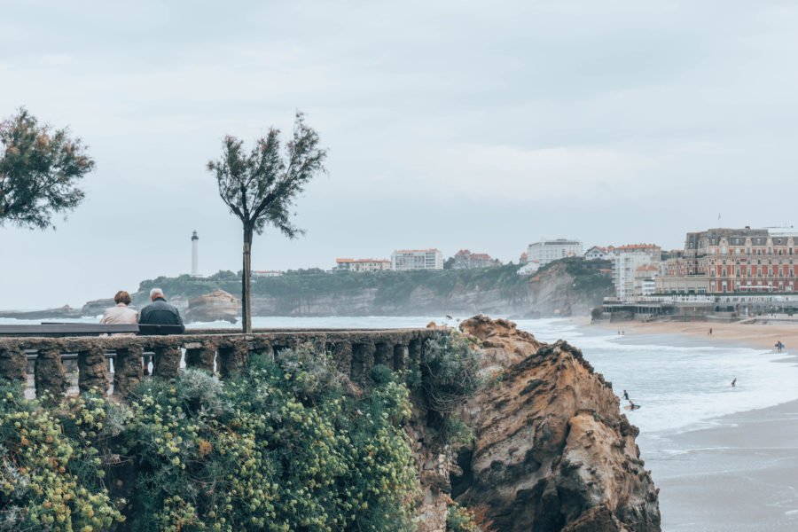 Stumbling on a cute couple while exploring Biarritz on a rainy day