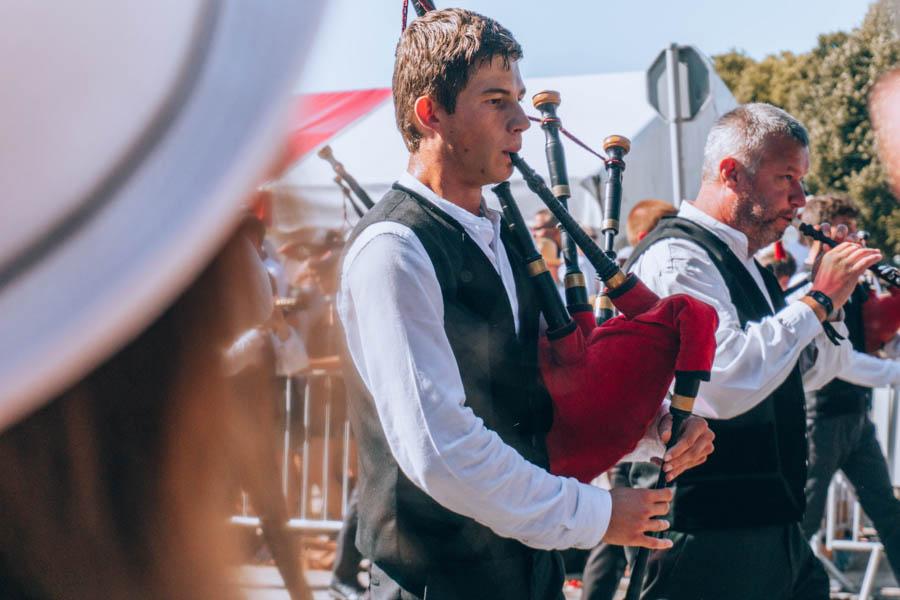Joueurs de cornemuse à la Grande Parade du Festival Interceltique de Lorient
