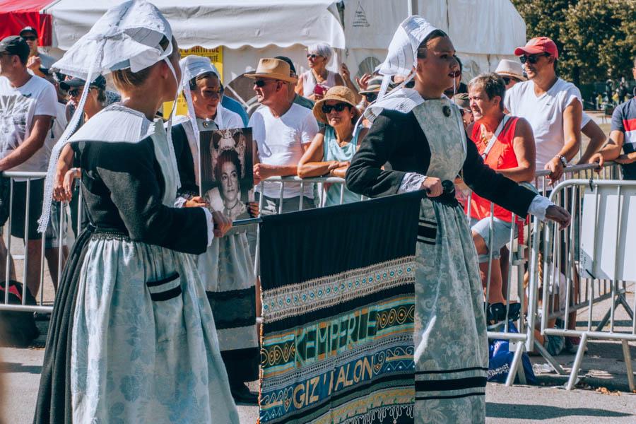 Un drapeau de Bagad traditionnel présenté lors de la Grande Parade du Festival Interceltique de Lorient