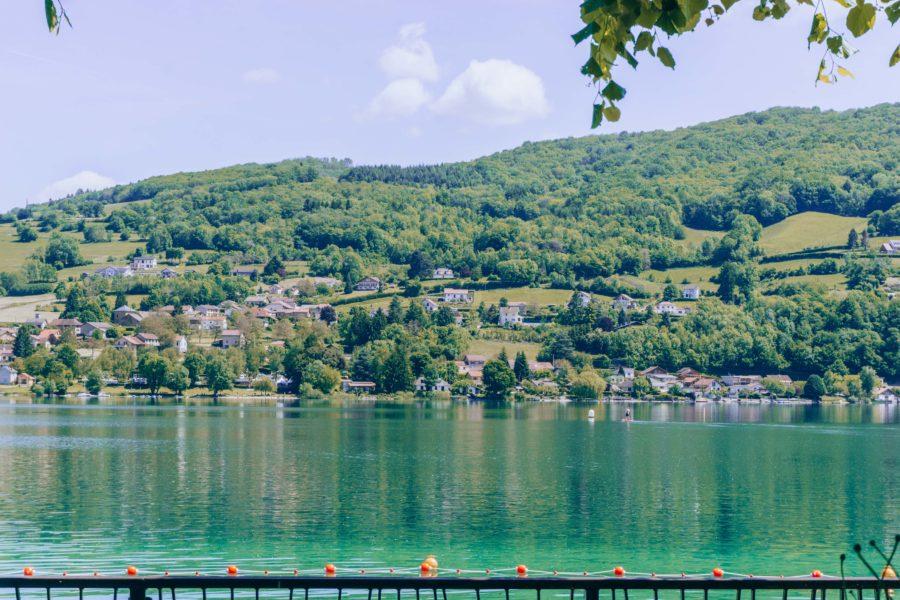 Une jolie vue du lac de Paladru près de Grenoble