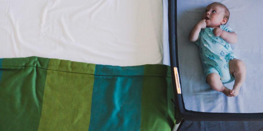 Notre bébé dans le lit de voyage bébé Traveller de Phil&Teds