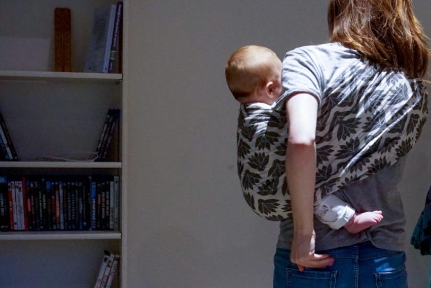 Bébé porté en sling Little Coco de Château Coco