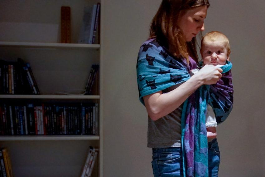 Bébé porté en sling Miau Miau Space de la marque Roar