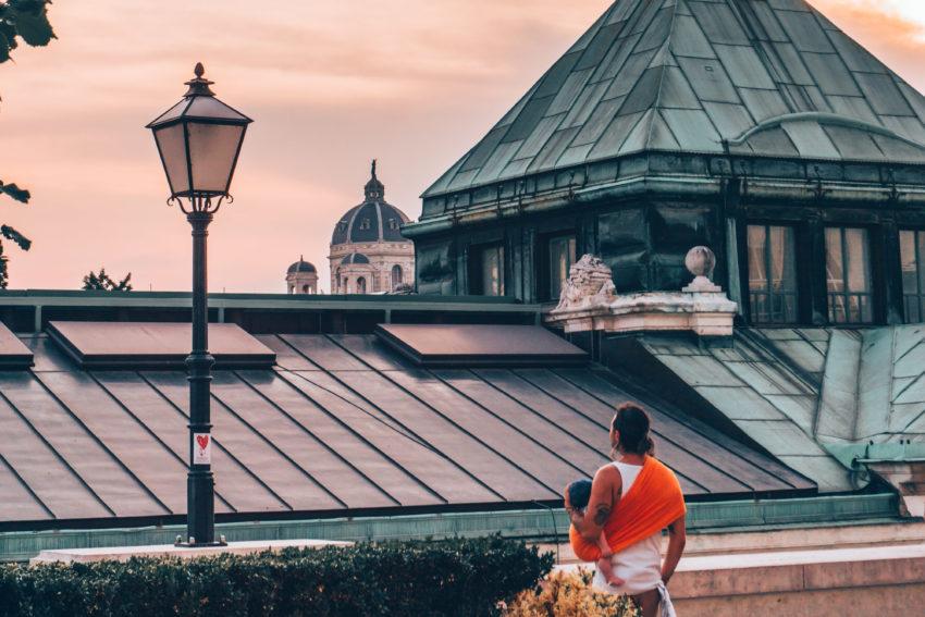 Papa portant son bébé en sling à Vienne