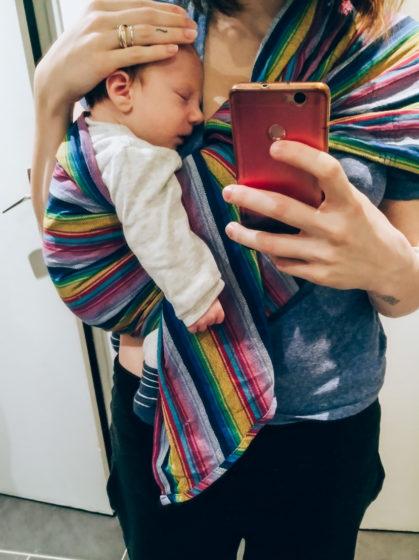 Bébé de seulement quelques semaines porté en sling par sa maman