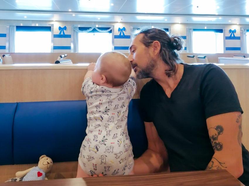 Cesare et son père sur le ferry pendant notre trajet Biarritz Rome via Barcelone en train et ferry