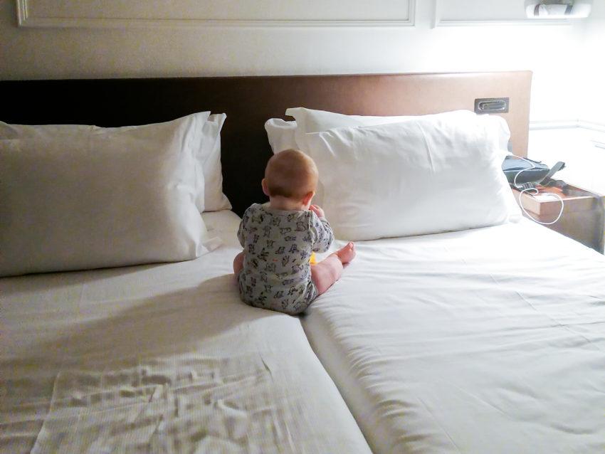 Cesare sur le lit de notre chambre d'hôtel à Barcelone sur notre trajet Biarritz Rome via Barcelone en train et ferry
