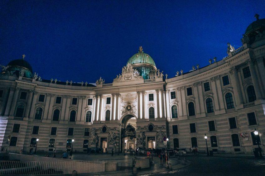 Hofburg à Vienne la nuit