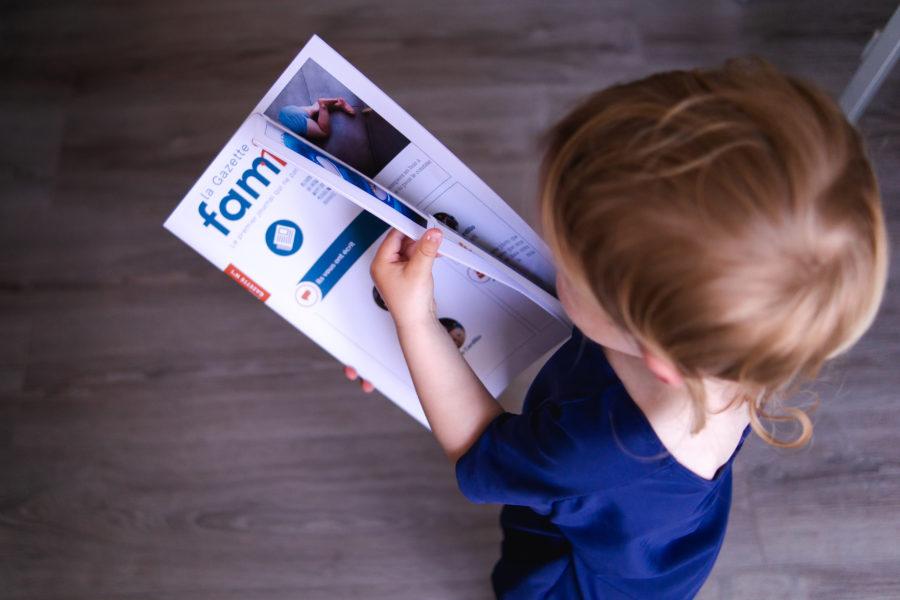 Bébé en train d'offrir la gazette Famileo à ses grands-parents